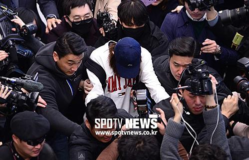 Các kênh truyền thông đều đăng tải loạt ảnh Jung Joon Young tại sân bay. Đài SBS thậm chí còn pháttrực tiếp c