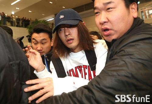 Dù có vệ sĩ ở bên, Jung Joon Young vẫn bị đánh, xô đẩy.