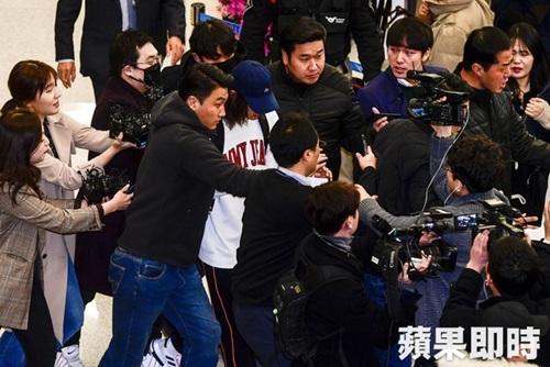 Hàng trăm phóng viên vây quanh nam ca sĩ.