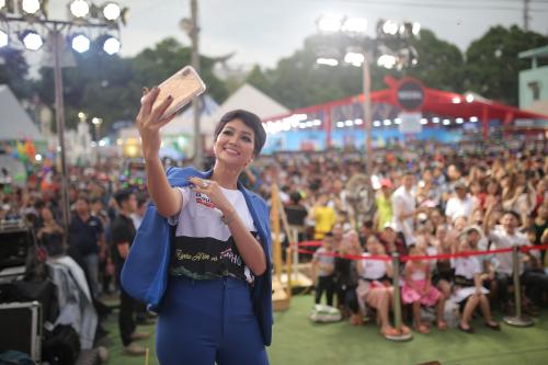 Top 5 Hoa hậu hoàn vũ Thế giới 2018 selfie cùng hàng nghìn người dân tại gian hàng café Phố. Cô tâm sự: