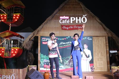 Tối 10/3, trong vai trò đại sứ của café Phố, H'Hen tham gia nhiều hoạt động trải nghiệm cùng khán giả.