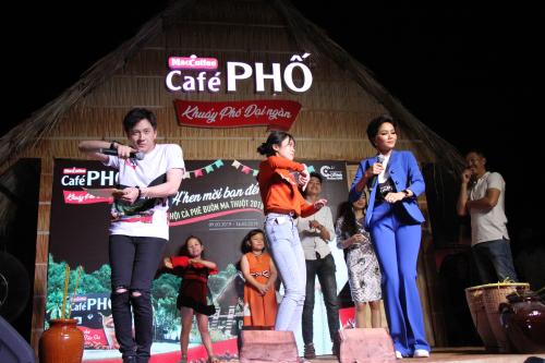Người đẹp và MC Ngô Kiến Huy được cổ vũ nhiệt tình khi trình diễn điệu nhảy