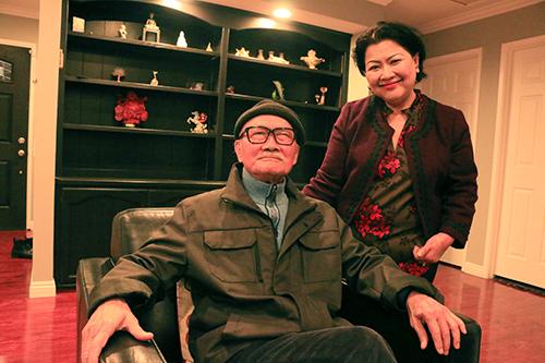 Vợ Diệp Lang - bà Phong đồng hành cùng ông hơn 40 năm. Bà một tay chăm sóc gia đình, con cái cho ông yên tâm hoạt động nghệ thuật cũng như kề cận lúc bệnh tật. Hiện NSND đang bị bệnh tim, mạch máu bị đóng vôi, nông động mạch, ông phải uống thuốc để máu loãng để máu chảy về tim. Ngoài ra, nghệ sĩ cũng bị bệnh Parkinson khiến tay, chân bị run rẩy.