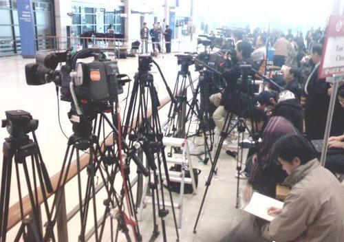 Chiều 12/3, Jung Joon Young từ Mỹ về Hàn Quốc để tiếp nhận điều tra vụ quay lén và phát tán video sex. Theo Naver, trước giờ máy bay hạ cánh vài tiếng, hàng trăm phóng viên và người dân vây kín sân bay.