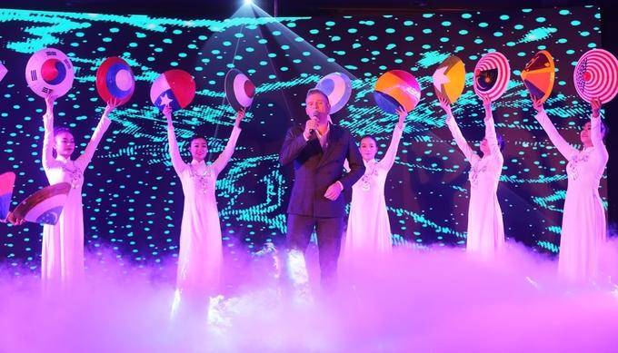 Kyo York tôn áo dài, cảnh sắc Việt Nam tại sự kiện ở TP HCM