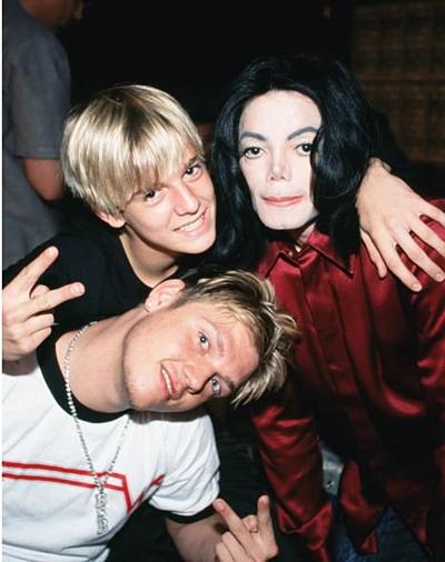 Michael Jackson thân thiết với anh em Nick Carter và Aaron Carter (áo đen).