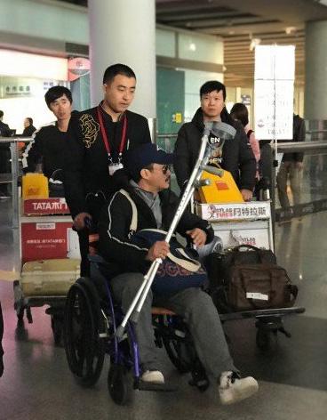 Ngô Kinh ngồi xe lăn về Trung Quốc.