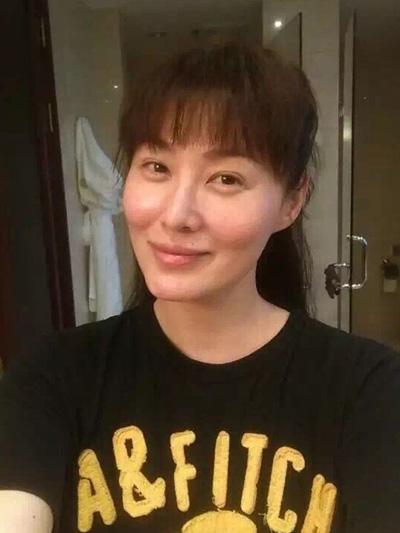 Nữ diễn viên năm nay 49 tuổi,đều đặn đóng phim song không có tác phẩm nào nổi bật. Người đẹp xứ Đài còn độc thân. Vương Tư Ý từng chia sẻ vì ảnh hưởng của bộ phim,ngoài đời, nhiều người gọi cô là Phan Kim Liên thay vì tên thật.