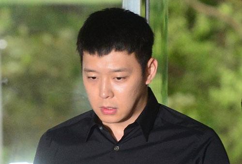 Ca sĩ kiêm diễn viên Park Yoo Chun từng bị bốn cô gái tố cáo cưỡng bức họ trong nhà vệ sinh. Anh phủ nhận cáo buộc, cho biết hai bên tự nguyện quan hệ.