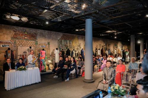 Nhiều tham luận giá trị đã đưa người tham dự khám phá hành trình phát triển của tà áo dài gắn với các chất liệu truyền thống.
