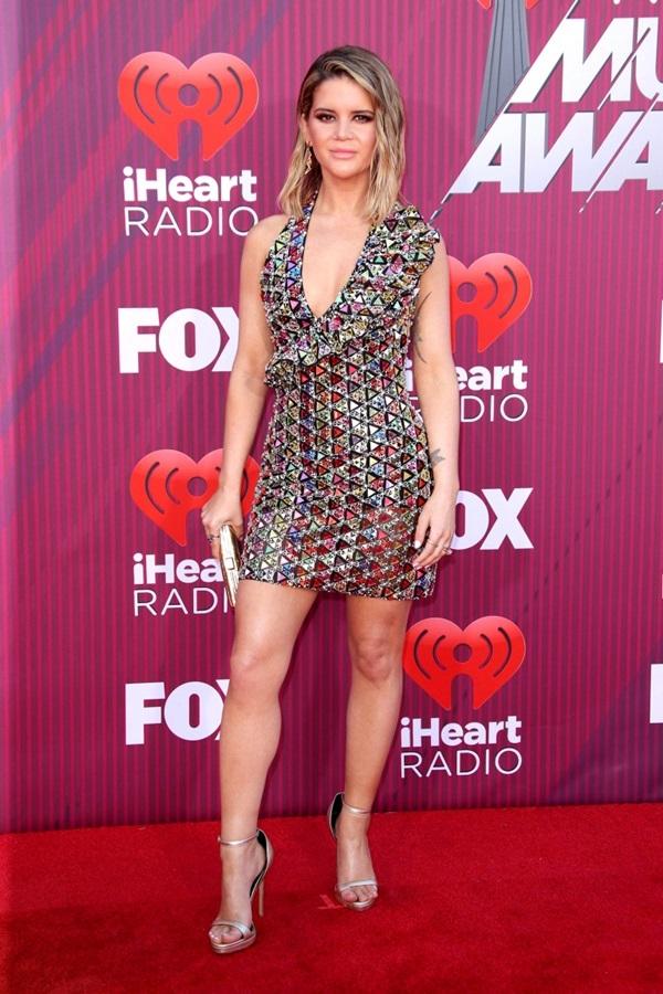 Taylor Swift mặc jumpsuit trên thảm đỏ iHeartRadio