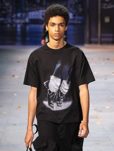 Áo T-shirt lấy cảm hứng từ Michael Jackson trong bộ sưu tập mùa thu 2019 của Louis Vuitton. Ảnh: Imaxtree.