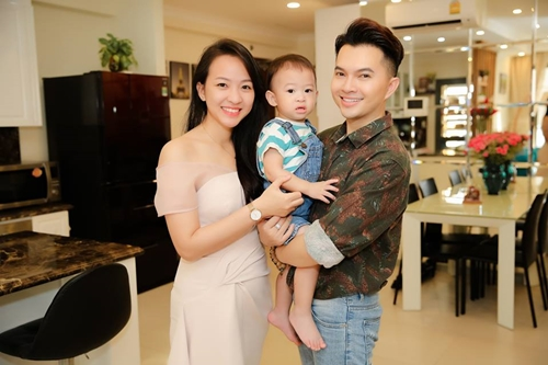 Vợ chồng Nam Cường bên con trai Rio.