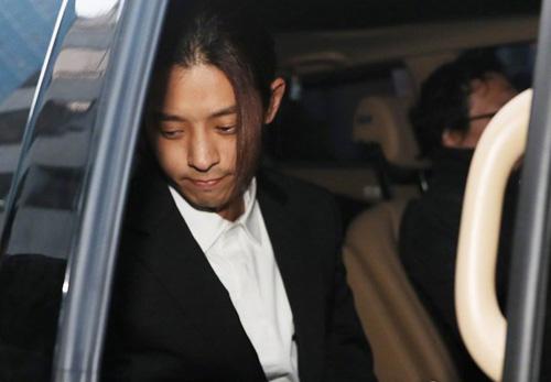Jung Joon Young rời sở cảnh sát lúc sáng sớm.