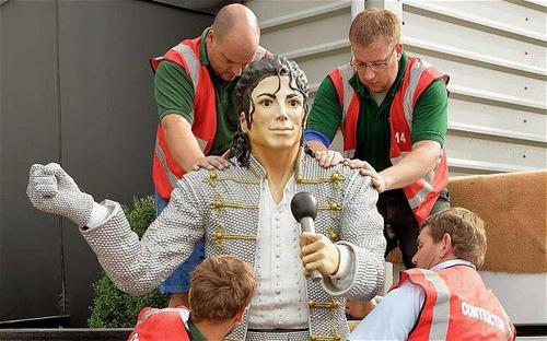 Tượng Michael Jackson tại Bảo tàng Bóng đá Quốc gia của Anh bị di dời. Ảnh: PA.