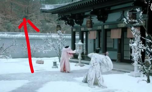 Tuyết rơi trắng mặt sân nhưng bên ngoài không một vệt trắng.