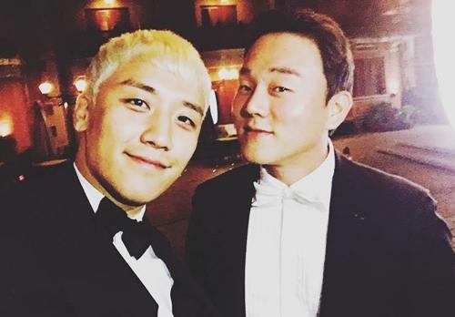 Seungri và CEO Yoo (phải).