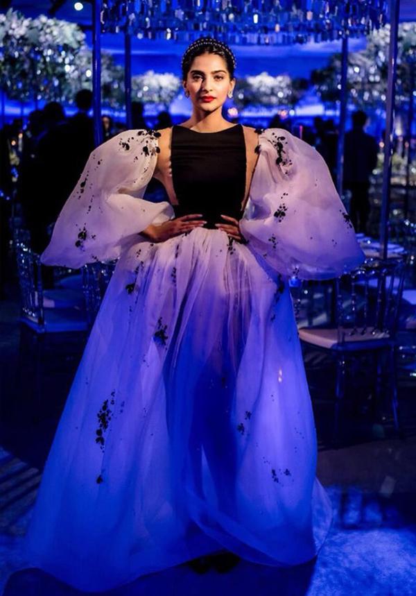 Vợ tài tử George Clooney đẹp nhất tuần với đầm lệch vai