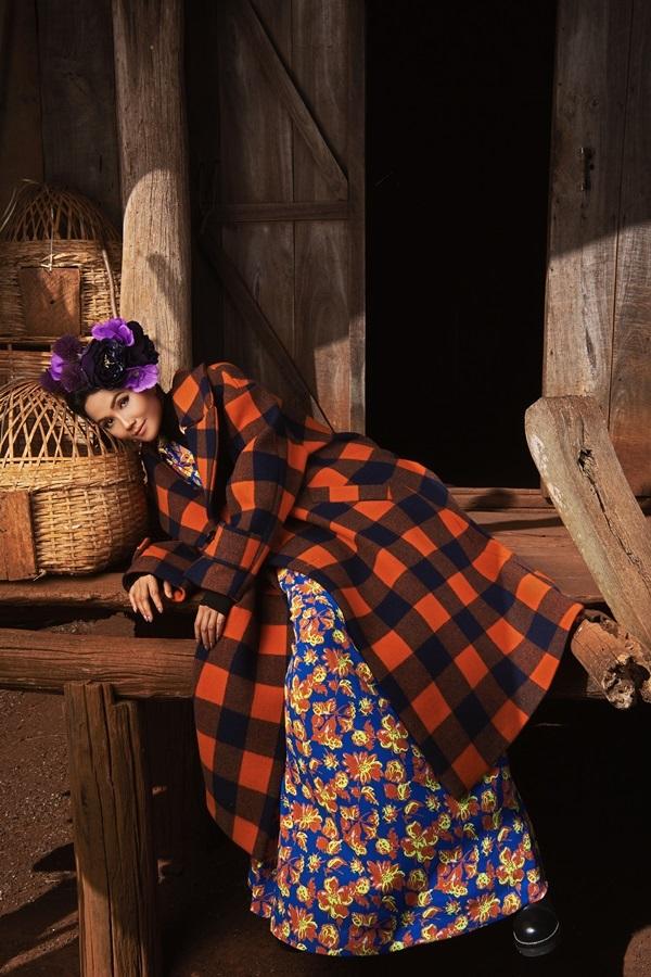 H'Hen Niê trèo cây chụp ảnh với váy cồng kềnh