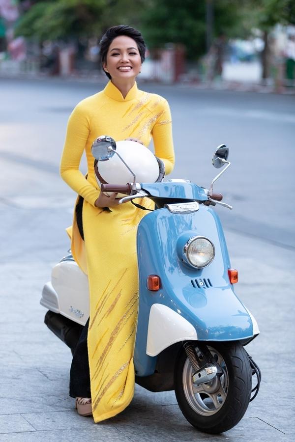 H'Hen Niê mặc áo dài, lái xe máy ra phố đi bộ