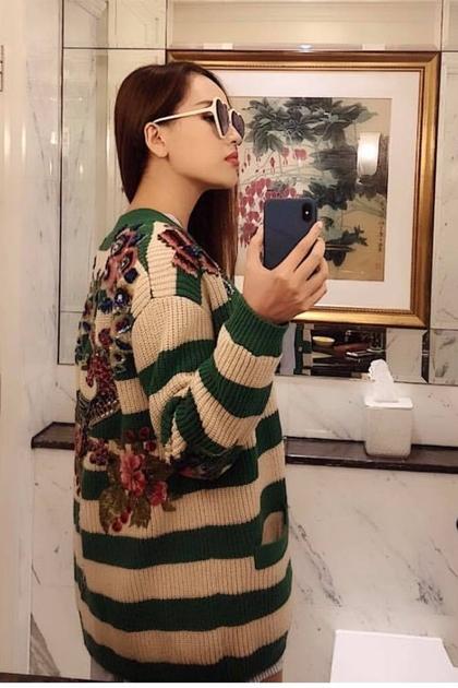 Người đẹp chi 11.000 USD (khoảng 250 triệu đồng) cho chiếc áo khoác cardigan thêu hoa sắc sảo. Cô nhận xét: Không ai hâm như tôi cả, đi mua mớ len con công về đắp.