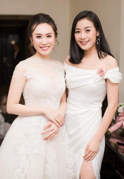 Vợnghệ sĩ Trung Hiếu và MC Phí Nguyễn Thùy Linh (phải).