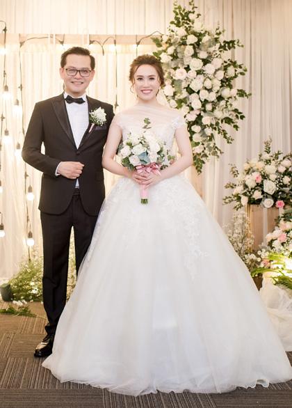 Vợ chồng nghệ sĩ Trung Hiếu trong tiệc cưới. Dù hơn vợ 19 tuổi, anh được khen trẻ trung, xứng đôi với cô dâu.