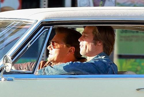 Brad Pitt và Leonardo DiCaprio trên phim trường.