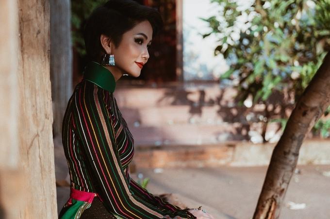 H'Hen Niê mặc áo dài thổ cẩm người làng Ê Đê dệt
