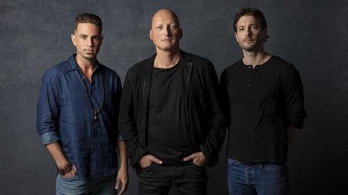 Từ trái qua: Wade Robson, đạo diễn Dan Reed và James Safechuck trong liên hoan phim Sundance hồi tháng 1. Ảnh: Los Angeles Times.