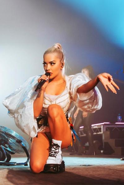 Nữ ca sĩ biểu diễn trong bộ bodysuit tay phồng.