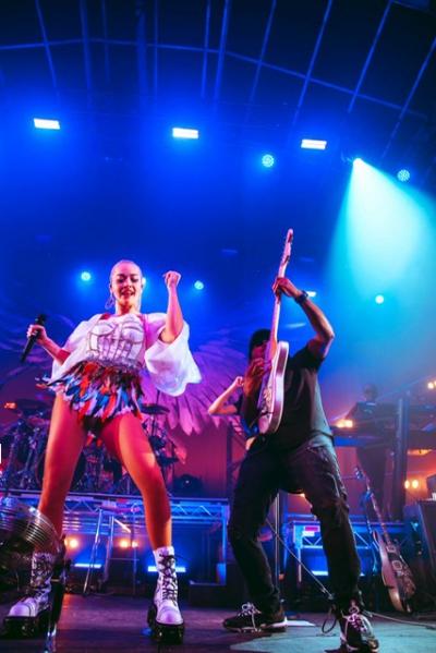 Sau show ở Mỹ, Sau khi trao đổi, anh và ê-kíp đã nhanh chóng lấy số đo và phác họa mẫu thiết kế cho bên Rita Ora.