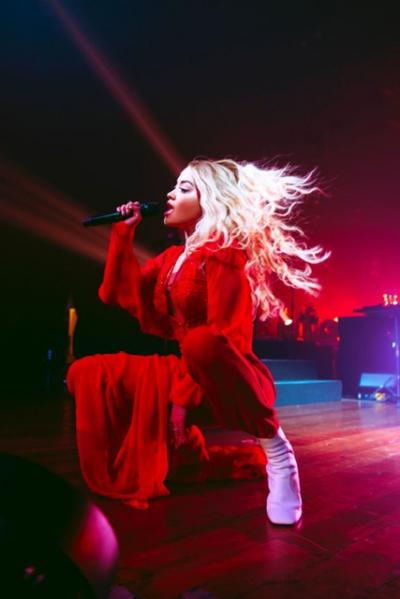 Rita Ora sinh năm 1990 là nữ ca sĩ người Anh và là giám khảo The Voice UK, nổi tiếng với giọng hát đẹp và lối trình diễn cuốn hút.