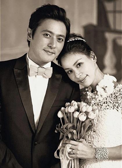 Jang Dong Gun - Go So Young phải lòng nhau khi đóng Gió thổi khúc tình yêu năm 1999. Truyền thông lúc ấy chỉ trích nam diễn viên phụ bạc Á hậu Hàn Quốc Yeom Jung Hwa để theo đuổi Go So Young. Cặp sao im lặng trước mọi điều tiếng và trở thành bạn thân nhiều năm sau đó. Năm 2007, họ công khai yêu rồi kết hôn năm 2010. Chi phí đám cưới lên đến một tỷ won (khoảng 21 tỷ đồng), được đánh giá rình rang và xa hoa bậc nhất showbiz nước này. Sau 9năm, họ có hai con - con trai đầu học lớp bốn, con gái học mẫu giáo. Vợ chồng sao vẫn hạnh phúc như thời mới yêu.TheoNaver, vợ chồng họ sở hữu khối tài sản kếch xùgồmbiệt thự ba triệu USD (hơn 69 tỷ đồng) tại Heukseok-dong (quận Dongjak, Seoul), biệt thự ở khu nhà giàu Cheongdamdong giá 10 tỷ won (200 tỷ đồng), căn hộ cao cấp ba tỷ won (hơn 60 tỷ đồng) tại tòa nhà Mark Hills đối diện sông Hàn, tòa nhà năm tầng ngay trung tâm Seoul giá 12,6 tỷ won (hơn 250 tỷ đồng), một căn nhà hai tầng ở Nonhyeondong giá 6 tỷ won (120 tỷ đồng), căn hộ ở Samseong-dong giá bốn tỷ won (tương đương 80 tỷ đồng), căn biệt thự ở đảo Jeju...