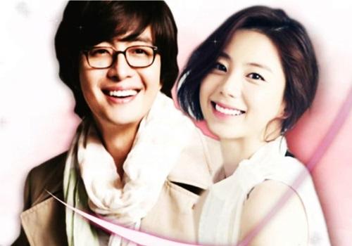 Năm 2015, Ông hoàng Hallyu Bae Yong Joon khiến truyền thông châu Á dậy sóng khi tiết lộ hình ảnh quỳ gối cầu hôn Park Soo Jin - diễn viên thua anh 12 tuổi. Trước đó, thông tin họ hẹn hò được giữ kín. Công ty quản lý cho biét cặp sao quyết định kết hôn chỉ sau ba tháng tìm hiểu. Cuộc tình này không được lòng người hâm mộ. Theo Pann, khán giả chê Soo Jin ngoại hình bình thường, sự nghiệp mờ nhạt và thua xa Bae Yong Joon về danh tiếng. Con trai đầu lòng của cặp sao chào đời năm 2016, con gái sinh năm 2018. Đôi uyên ương hiếm khi xuất hiện công khai ở sự kiện giải trí. Hiện họ sống trong biệt thự trị giá 6 tỷ won (khoảng 120 tỷ đồng). Trên trang cá nhân, Park Soo Jin thường khoe vườn rau sạch tự trồng,tự tay vào bếp, vẽ tranh và cắm hoa lúc rảnh rỗi.