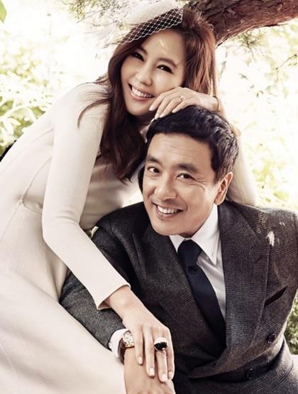 Kim Seung Woo vàKim Nam Joo về chung nhà vào năm 2005, sau hơn một năm qua lại.Suốt 14 năm qua, nhiều tin đồn bủa vây cặp sao nhưng họ vẫn hạnh phúc. Hai con - đủ nếp lẫn tẻ - đều được học trường quốc tế. Đặc biệt, con gái đầu của họ thuộc tỷ lệ 1% thần đồng tại Hàn Quốc. Trong kỷ niệm 10 năm kết hôn, Kim Nam Jootừng mặc lại váy cưới, cùng chồng ghi lại khoảnh khắc đáng nhớ.Trước Kim Nam Joo, Kim Seung Woo từng có cuộc tình đẹp với Lee Mi Yeon - giai nhân đình đám cuối thập niên 1980. Sau 5 năm kết hôn (1995-2000), họ ly hôn vì khác biệt tính cách.