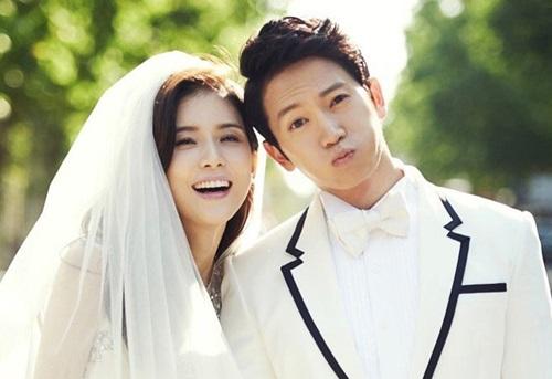 Ji Sung và Lee Bo Youngbén duyên khi hợp tác trong Điệu nhảy cuối cùng vàonăm 2004, nhưng ba năm sau đó mới sánh vai nhau. Trên sóng truyền hình, Lee Bo Young bật mí nhiều lần từ chối Ji Sung vì không thích yêu người cùng ngành. Để chinh phục cô, nam diễn viên nói sẽ từ bỏ diễn xuất. Trước sự kiên trì của tài tử, Bo Young cảm động và quyết định kết hôn vào năm 2013. Tôi đã bị lừa, anh vẫn tiếp tục đóng phim, cô hài hước kể lại. Họ sinh con gái đầu lòng năm 2015.
