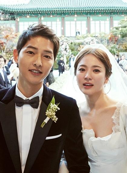 Song Joong Ki - Song Hye Kyo nên duyên từ khi đóng chung Hậu duệ mặt trời vào năm 2016.