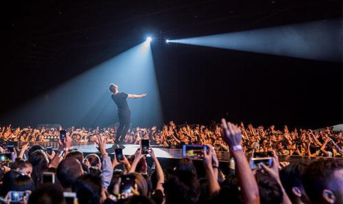 Imagine Dragons hát trước hơn 8.000 khán giả trong tour diễn Đông Nam Á đầu năm ngoái tại Thái Lan.