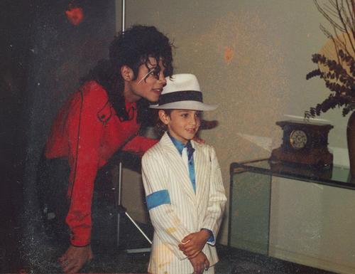 Michael Jackson và Wade Robson. Ảnh: HBO.