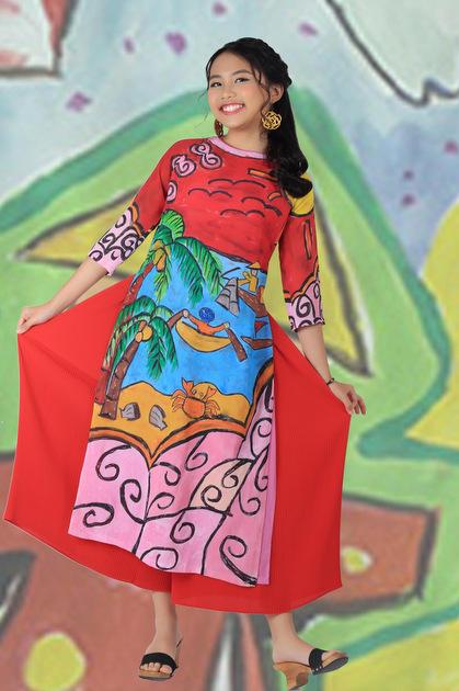Những bộ áo dài cách điệu đầy màu sắc mang đến hình ảnh trẻ trung hơn cho ca sĩ nhí.