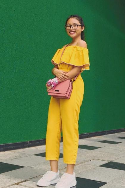 Đời thường, Phương Mỹ Chi lựa chọn trang phục năng động, trẻ trung. Giọng ca nhí thường ưu tiên lựa chọn những chiếc váy xòe đơn giản hoặc quần cá tính.