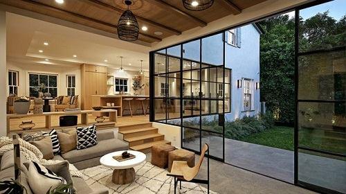 Phòng khách có hướng nhìn ra không gian xanh mát quanh nhà. Ảnh:Los Angeles Times.