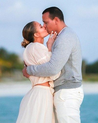 Alex Rodriguez cầu hôn Jennifer Lopez tại bãi biển. Ảnh: Instagram