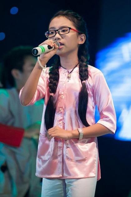 Phương Mỹ Chi sinh năm 2003 trong một gia đình bình dân ở TP HCM. Từ nhỏ, cô bé được mẹ và dì dạy hát những làn điệu dân ca. Chị Bảy có giọng hát ngọt ngào, tình cảm. Năm 2013, Phương Mỹ Chi trở thành hiện tượng của làng nhạc Việt khi tham gia cuộc thi The Voice Kids với ca khúc Quê em mùa nước lũ. Dù không đoạt giải quán quân, cô bé vẫn là cái tên được giới bầu show trong và ngoài nước săn đón.