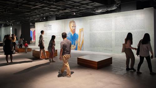 Khán giả tới xem triển lãm tối 22/3.