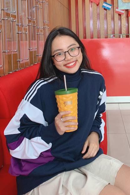 Khi đi học, Phương Mỹ Chi chỉ làm điệu với áo khoác thể thao.