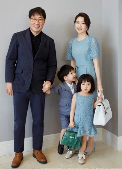 Về đời tư, diễn viên có cuộc hôn nhân 10 năm cùng doanh nhân Jung Ho Young. Năm ngoái, vợ chồng cô gây xôn xao khi doanh nhân lộ đời tư và thân thế. Jung Ho Young gần 70 tuổi, hơn vợ 20 tuổi, có một đời vợ lẫn con riêng và từng cưới hụt minh tinh Shim Eun Ha. Ông là chủ tịch của công ty Korea Elecom - người khổng lồ trong lĩnh vực phát triển hệ thống đào tạo quân sự di động tại Hàn Quốc. Khối tài sản của ông khoảng 2.000 tỷ won (1,7 tỷ USD). Con song sinh của vợ chồng minh tinh chào đời năm 2011, hiện học lớp hai.