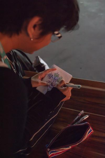 Khách tham quan người Nam Phi dành hàng giờ tại triển lãm để phác hoạ lại các tác phẩm.