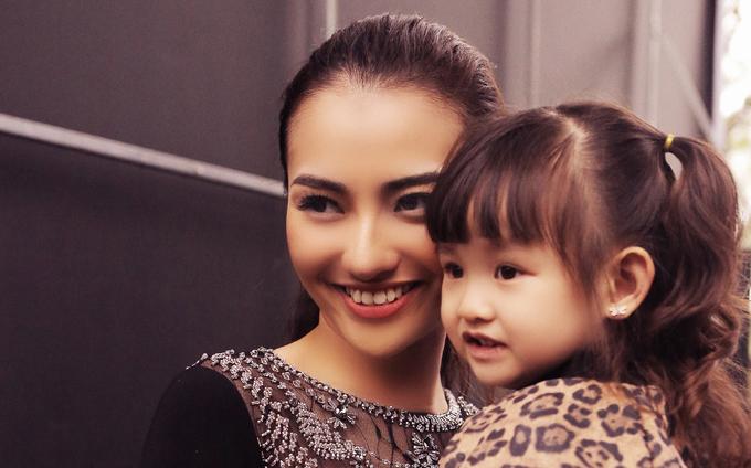 Con gái quấn quýt Hồng Quế ở hậu trường